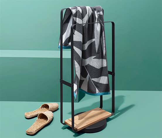 Czarny stalowy stojak na ręczniki na drewnianej podstawie