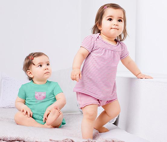 2 lányka póló szettben, mintás