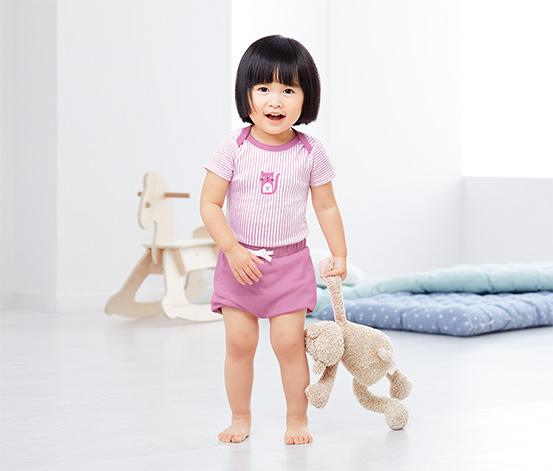 2 kislány rövid, buggyos nadrág szettben