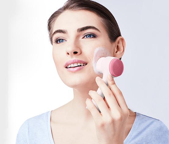 Gesichtsreinigungsbürste und Kosmetiktuch