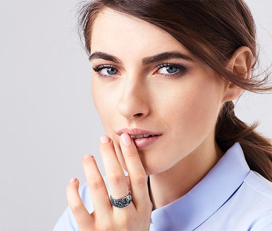 Pierścionek wysadzany kryształami marki Swarovski®