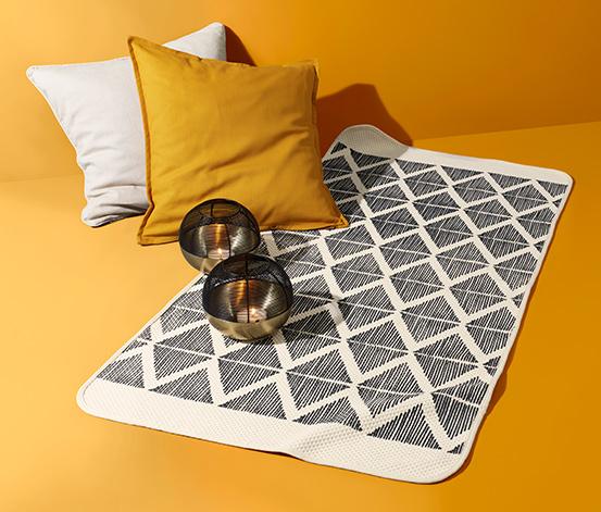 Wzorzysty dywan,  ok. 70 x 140 cm