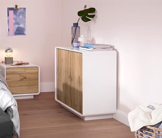 Biały sideboard z drewnopodobnymi otwieranymi dzwiczkami