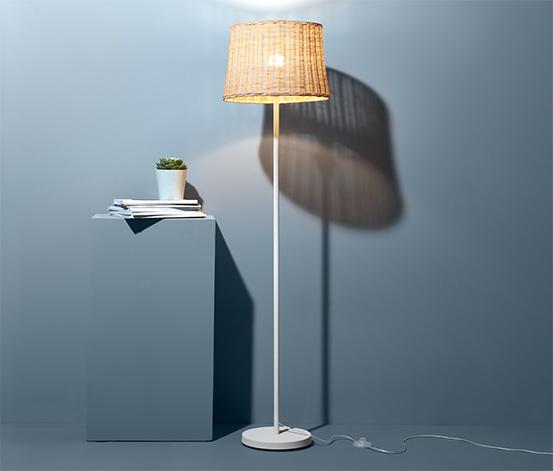 Stojacia lampa z prútia