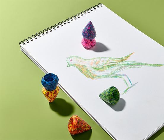 6 crayons multicolores à la cire avec des confettis