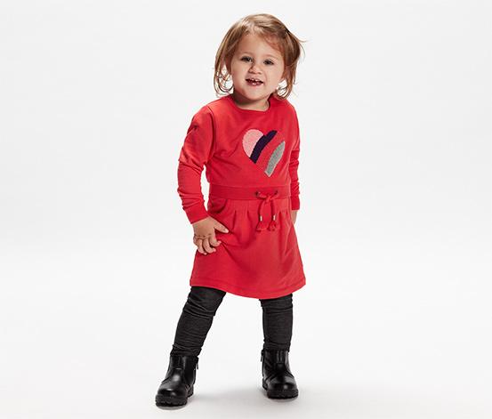 Dziecięca sukienka dresowa z wyszywanym sercem