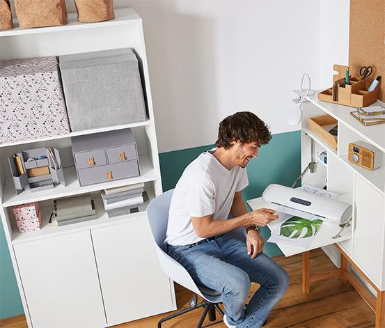 Biały sekretarzyk biurowy z drewnianymi nogami