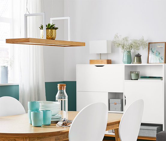 Stolná lampa s dreveným podstavcom