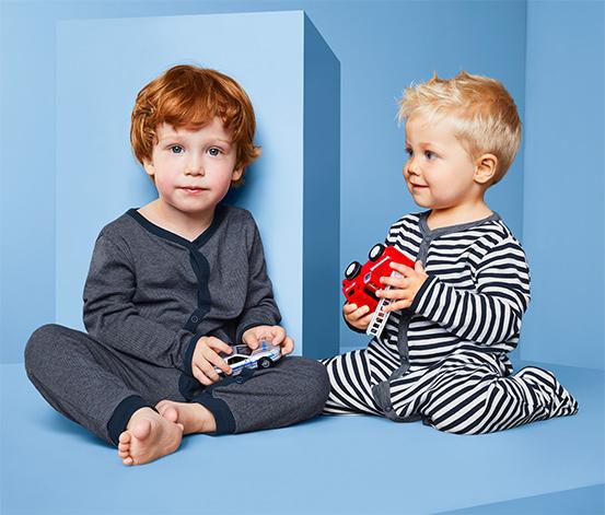 2 pizsama szettben