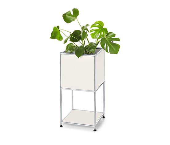 Mała szafka wielofunkcyjna z metalową konstrukcją