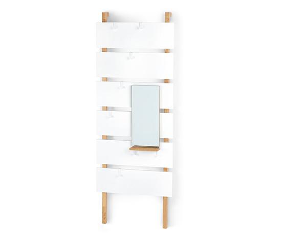 Wąska garderoba z lustrem i haczykami