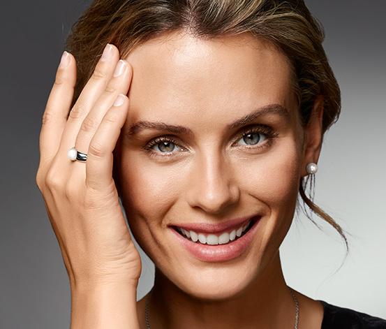 Stříbrný prsten s perlou z lasturového jádra