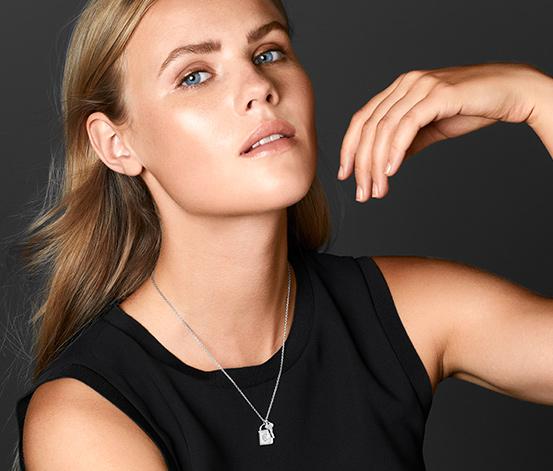 Stříbrný náhrdelník zdobený zirkony