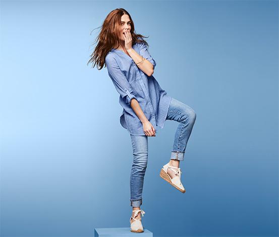 Długa, błękitna bluzka damska w paski o delikatnej strukturze krepy