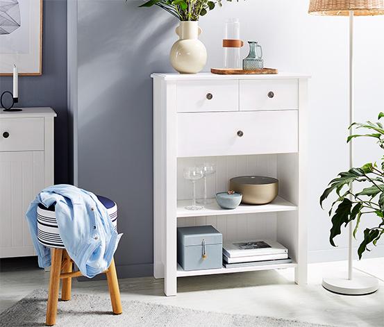 Biały kredens z szufladami i dekoracyjną ścianą listwową