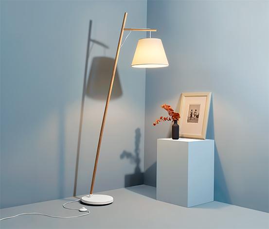 Lampa stojąca z materiałowym abażurem