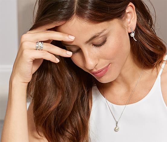 Strieborný prsteň s bielou perlou z lastúrového jadra a zirkónmi*