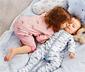 2 kislány pizsama szettben