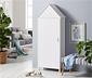 Biała szafa-domek z dekoracyjnymi drzwiami z listewek i 3 półkami
