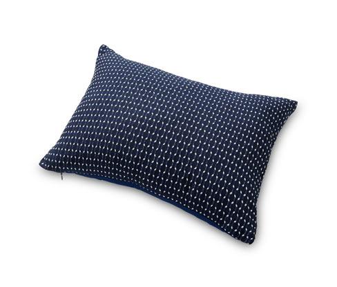 Prostokątna poduszka dekoracyjna z delikatnym białym wzorem